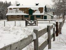 Alter Stall im Schnee Stockfotografie