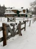 Alter Stall im Schnee Stockfotos