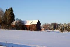 Alter Stall im Winter lizenzfreie stockbilder