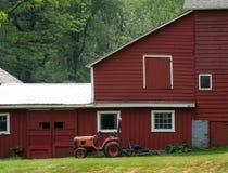 Alter Stall und Traktor Stockfotos