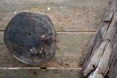 Alter Stamm mit trockener Barke auf hölzernem Hintergrund Stockbild