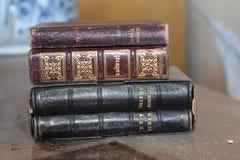Alter staubiger Stapel Gebetsbücher Stockfoto