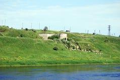 Alter Stein baut die Banken des Flusses von Volga fand lengthways in der Stadt von Staritsa ab Tver Region Russland Stockfotografie