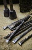 Alter Stein, der Werkzeuge auf traditionelle Art schnitzt Stockbild