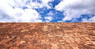 Alter Steinboden zum Himmel Stockfoto