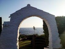 Alter Steinbogen, der zu Mittelmeer schaut stockbilder