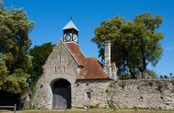 Alter Steingatehouse mit Tudor Clock Tower am Eingang zu Beaulieu-Abtei im neuen Wald im Süden von England Stockbilder