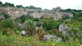 Alter Steinsteinbruch am archäologischen Park von Syrakus Stockfotografie