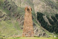 Alter Steinwachturm auf Gebirgshintergrund in Sioni-Dorf Lizenzfreie Stockfotos