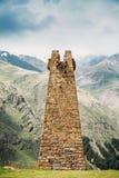 Alter Steinwachturm auf Gebirgshintergrund in Sioni-Dorf Lizenzfreie Stockbilder