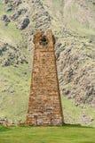 Alter Steinwachturm auf Gebirgshintergrund in Sioni-Dorf Stockfotografie