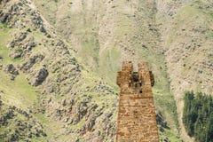 Alter Steinwachturm auf Gebirgshintergrund in Sioni-Dorf Lizenzfreies Stockbild