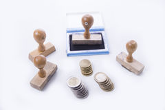 Alter Stempel mit den Auflagen- und Euromünzen Lizenzfreies Stockfoto