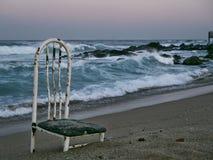 Alter Stuhl auf einem einsamen Strand lizenzfreie stockfotos