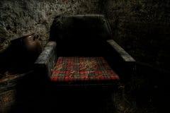 Alter Stuhl in einem alten Bauernhof Lizenzfreies Stockfoto
