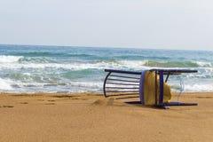 Alter Stuhl Falled im Sand an der Küste lizenzfreie stockfotografie