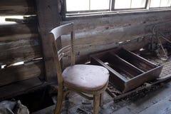 Alter Stuhl im alten Innenraum stockbilder