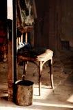 Alter Stuhl mit Wanne Stockbilder