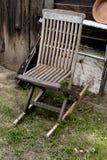 Alter Stuhl und Gitarre im Garten Lizenzfreies Stockfoto