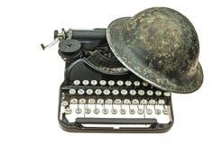 Alter Sturzhelm auf der alten Schreibmaschine stockfoto