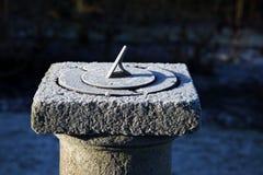 Alter Sundial auf einem kalten und eisigen Morgen Stockbilder