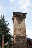 Alter svan Steinturm auf Straße von Mestia-Stadt in Svaneti, Georgia Himmel mit Wolken-Hintergrund lizenzfreies stockfoto