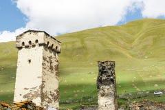 Alter svan Steinturm auf Straße von Ushguli-Dorf in Svaneti, Georgia Sonniger Tag und Himmel mit Wolkenhintergrund lizenzfreie stockfotografie
