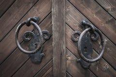 Alter Türgriff auf hölzerner Tür Stockfoto