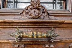 Alter Türgriff - Holztür stockbild