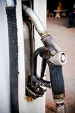 Alter Tanksäuletreibstoff auf einer lokalen Brennstoffstation Stockfotos