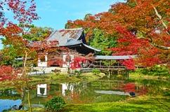Alter Tempel im Herbst lizenzfreie stockfotos