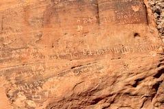Alter Text auf Felsen auf Wadi Rum-Wüste Stockbilder