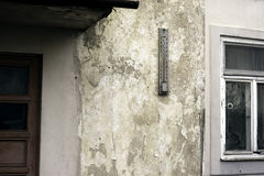 Alter Thermometer befestigt zur Wand des Hauses Lizenzfreies Stockfoto