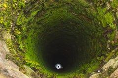 Alter Tiefbrunnen mit Moos lizenzfreie stockfotografie