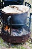 Alter Topf für das Kochen über einem Lagerfeuer Stockbilder