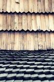 Alter traditioneller hölzerner geschichteter Dachmusterhintergrund, Kopienraum stockfoto