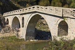 Alter traditioneller Stein stellte Brücke bei Greec her Stockfotos