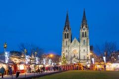 Alter traditioneller Weihnachtsmarkt, neo-gotische Kirche St. Ludmila, Vinohrady, Prag, Tschechische Republik Stockfotografie