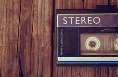 Alter tragbarer Kassettenrecorder auf einem hölzernen Hintergrund Bild ist gefilterte instagram Art Stockbild