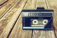 Alter tragbarer Kassettenrecorder auf einem hölzernen Hintergrund Bild ist gefilterte instagram Art Lizenzfreie Stockbilder