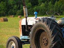 Alter Traktor stockfotos
