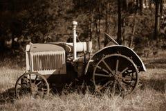 Alter Traktor als Yardkunst Stockfotografie