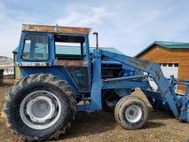 Alter Traktor stockfotografie