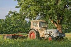 Alter Traktor auf einer Wiese Stockfoto