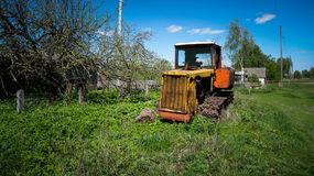 Alter Traktor im Dorf Stockfotografie