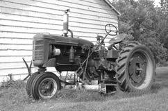 Alter Traktor mit dem Bauchmäher (Schwarzweiss) Lizenzfreies Stockbild