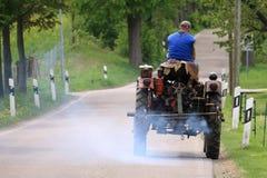 Alter Traktor mit rauchendem Auspuff stockfoto