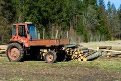 Alter Traktor und Bauholz Stockbild