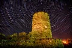 Alter Turm in der Nacht an den startrails Lizenzfreies Stockbild