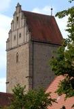 Alter Turm mit der Front des Dachs in Form von getretener Pyramide in der Stadt von Dinkelsbuhl in Deutschland Stockbilder